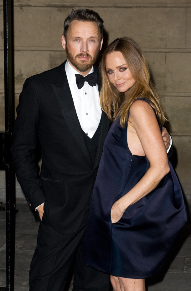 07-stella-mccartney-and-alasdhair-willis-arrive-at-the-stella-mccartney-special-presentation-during-london-fashion-week